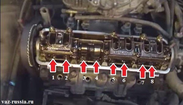 Стрелками показаны места где находятся сами клапана, а так же их толкатели и регулировочные шайбы, так же стрелки на кулачки распределительного вала указывают