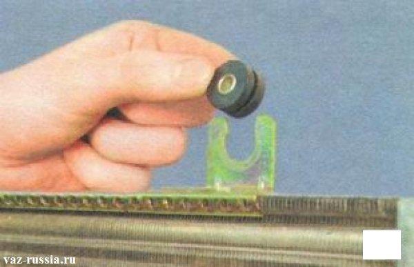 Снятие резиновой втулки с радиатора