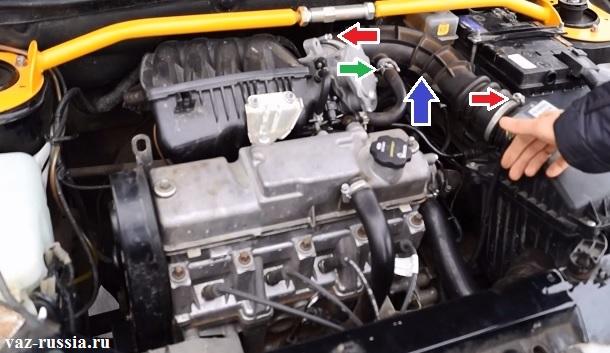 Стрелками показано где находиться патрубок забора воздуха, а так же шланг картерных газов и красными стрелками показаны виты которые вам нужно будет отвернуть, для того чтобы снять патрубок с автомобиля