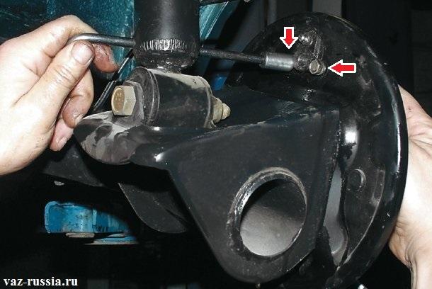 Выкручивание двух болтов крепления рабочего тормозного цилиндра к щитку тормозного барабана
