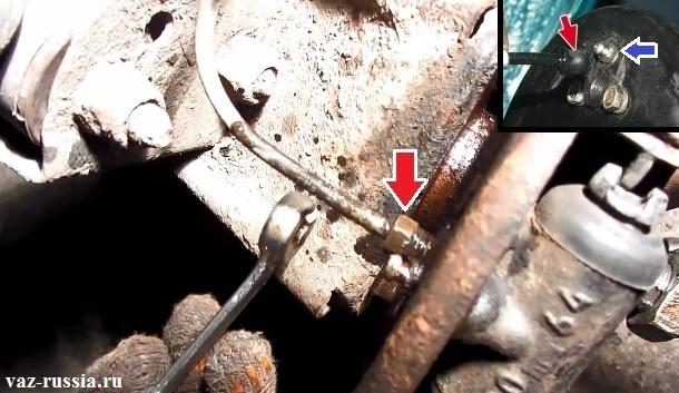 Выворачивание гайки крепления тормозной трубки и её отсоединение