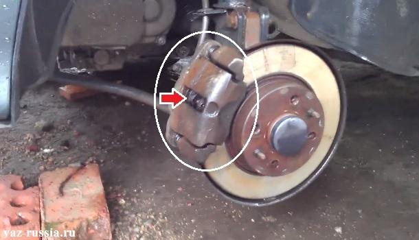 Местонахождение тормозного суппорта и тормозных колодок показано на фото