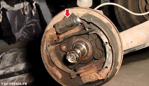 Стрелкой показано местонахождение рабочего тормозного цилиндра