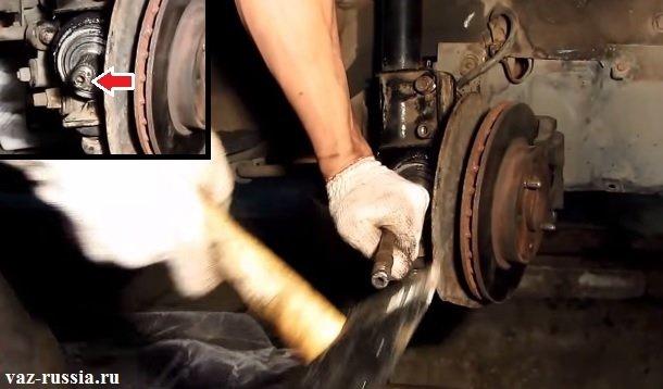 Забивание наружного ШРУСа при помощи молотка и хвостовика таким образом, чтобы внутренний ШРУС вошёл до упора в коробку