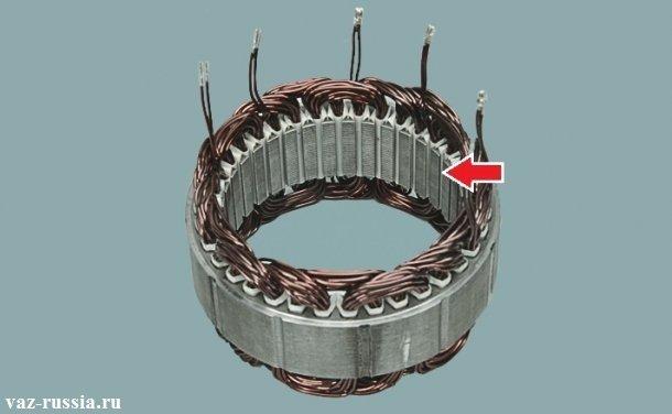Внутренняя часть статора показана на фото стрелкой