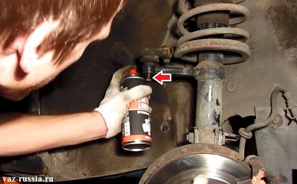 Нанесение жидкости на гайку и на палец наконечника