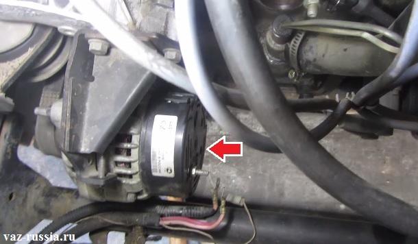 Стрелкой указано где находится генератор на автомобиле