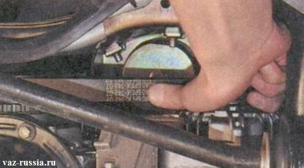 Проверка рукой натяжение ремня генератора, по средством надавливания на него с силой в 10 кг