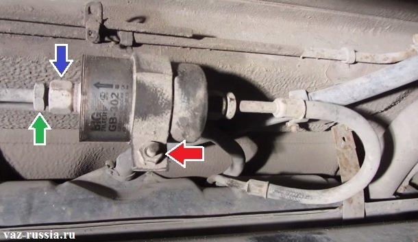 Ослабление гайки крепления топливной трубки и её отсоединение, а так же нанесение WD-40 на гайку болта, которая стягивает стяжной хомут крепления топливного фильтра