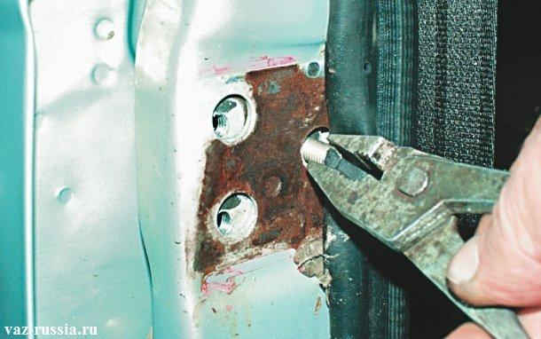 Выворачивание болта крепления двери при помощи пассатижей