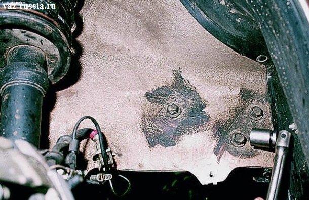 Отворачивание трёх болтов которые кронштейн правой подушки крепят к лонжерону кузова