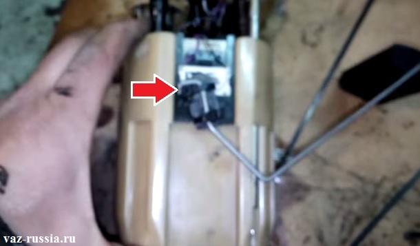 Стрелкой показано месторасположение датчика на бензонасосе