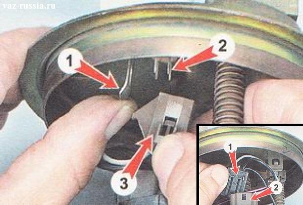 Отсоединение колодок проводов датчика от бензонасоса