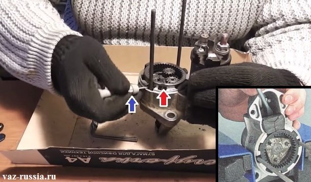 Поддевание коронной шестерни и её снятие с передней крышки или же её снятие целиком вмести с приводом