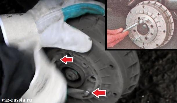 Выворачивание двух направляющих штифта и снятие тормозного барабана