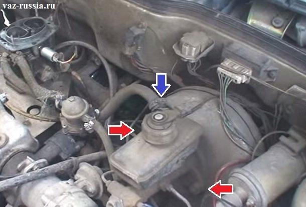 Отсоединение шланга от обратного клапана и выкручивание гаек крепления тормозного цилиндра усилителю тормозов