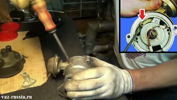 Отворачивание винтов крепления вакуум-корректора и поддевание его тяги и снятие её со штифта к которому она за счёт стопорного кольца крепится