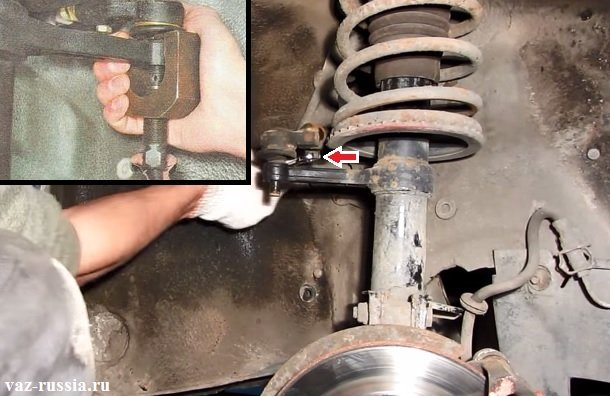 Отворачивание стяжного болта и выпрессовывание при помощи специального съёмника рулевого наконечника из поворотного кулака телескопической стойки