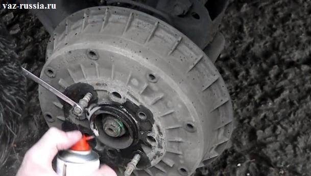 Нанесение жидкости типа WD-40 на место соединения тормозного барабана и ступицы