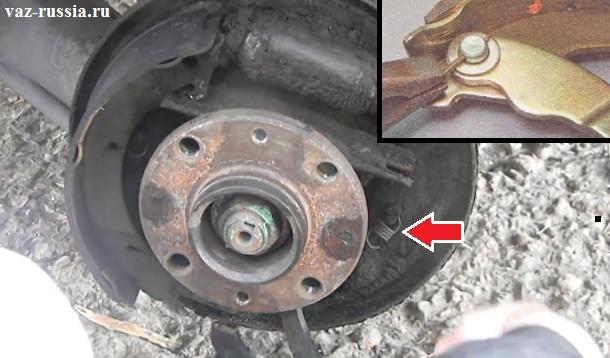 Снятие пружинки с задней тормозной колодки и после чего вынимание фиксатора из поза который рычаг к колодки крепит