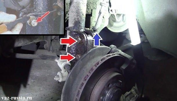 Нанесение метки и отворачивание двух гаек, болтов, которые крепят в нижней части телескопическую стойку