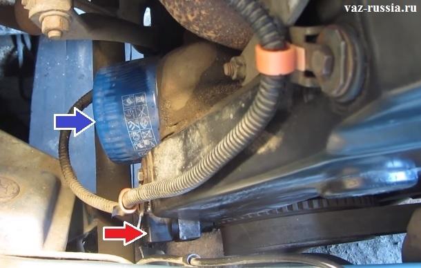 Стрелкой показано где находится датчик положения коленвала в двигателе автомобиля