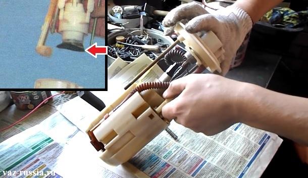 На фотографии стрелкой показана сеточка бензонасоса