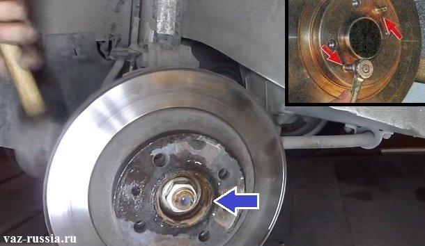 Выворачивание направляющих штифтов крепления тормозного диска и его сбивание