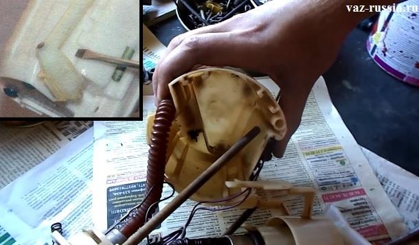 Промывание корпуса модуля и отсоединение при помощи отвёртки сливной трубки