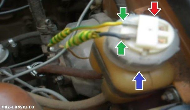 Отворачивание верхней крышки тормозного бачка и её снятие, после чего, выкачивание жидкости из тормозного бачка и замена самого цилиндра