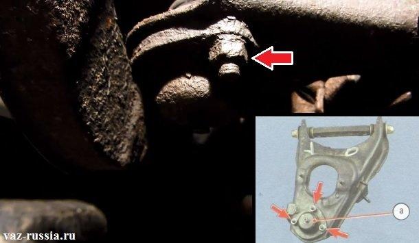 Отворачивание трёх гаек крепления шарового шарнира к нижнему рычагу и его снятие