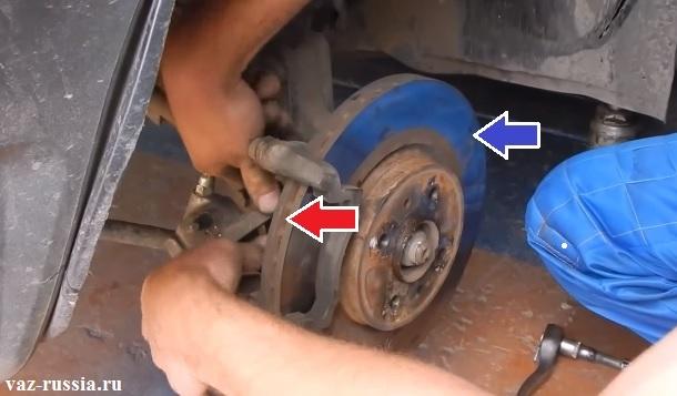 Стрелками указаны места по которым можно будет понять вентилируемый тормозной диск или же нет