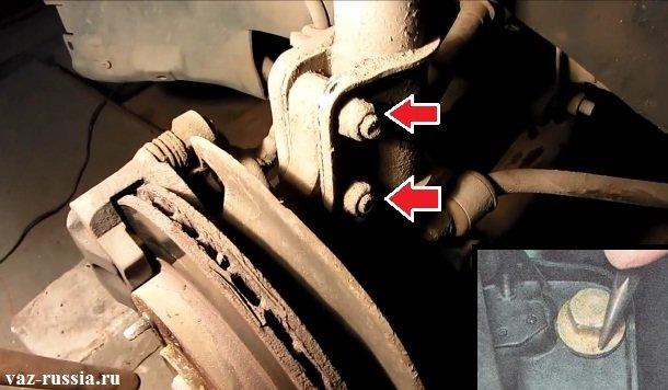 Отворачивание двух гаек крепления стойки к поворотному кулаку и нанесение метки, на самом верхнем болте который идёт с эксцентриком
