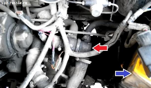 Стрелкой указан термостат и по фото можно понять его месторасположение