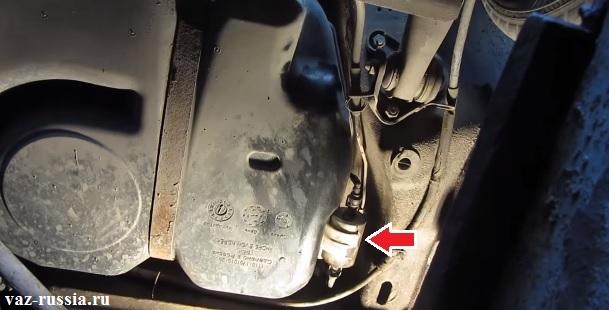 Стрелкой показано где расположен фильтр тонкой очистки в автомобиле