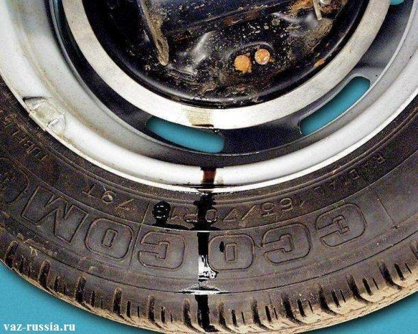 Потёшая тормозная жидкость с цилиндра тормозов