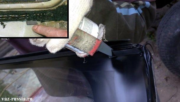 Проверка наличия резиновых прокладок и нанесение клея на края стекла и на кузов