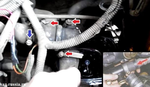 Выкручивание винтов крепления шлангов к термостату и его снятие