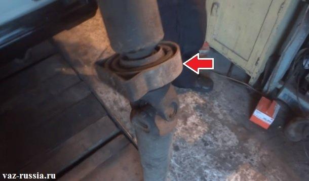 Стрелкой показан подвесной подшипник карданного вала