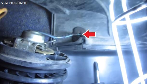Вынимание проводов из отверстия в кожухе внутри которого моторчик печки располагается