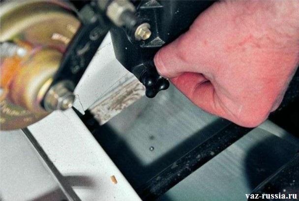 Снятие пробки сливного отверстия радиатора