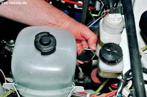 Снятие резинки крепления расширительного бачка радиатора