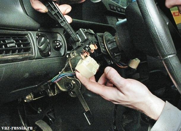 Отсоединение колодки проводов от под рулевого переключателя