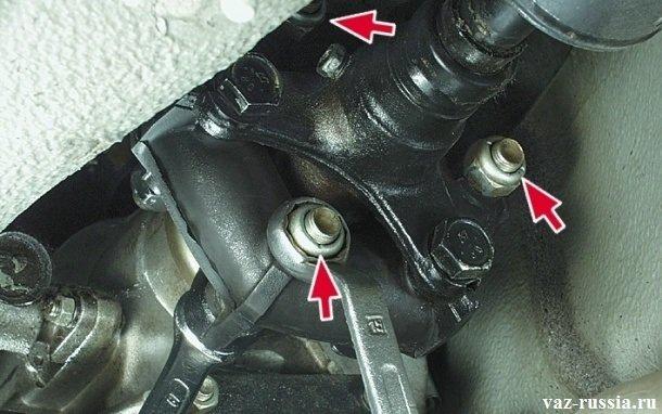 Отворачивание гайки крепления муфты кардана