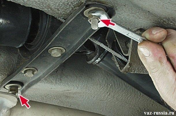 Отворачивание гайки которая крепит поперечину к кузову