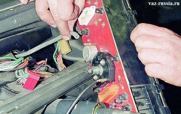 Отсоединение шланга экометра от комбинации низкой панели приборов