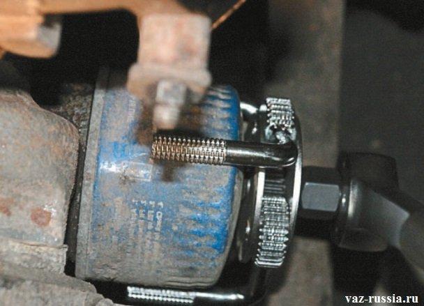 Снятие масляного фильтра при помощи специального ключа