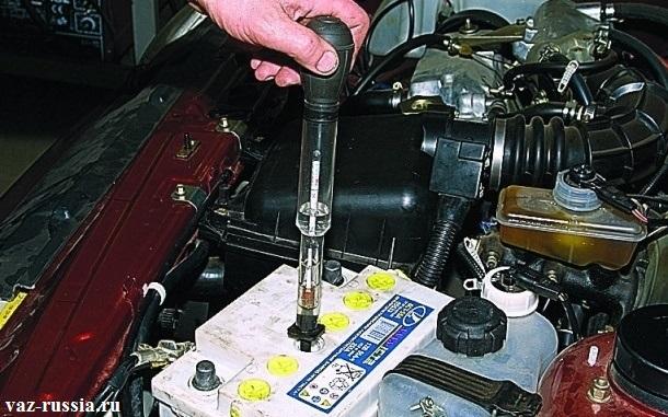 Проверка плотности электролита посредством вставления ареометра в отсек
