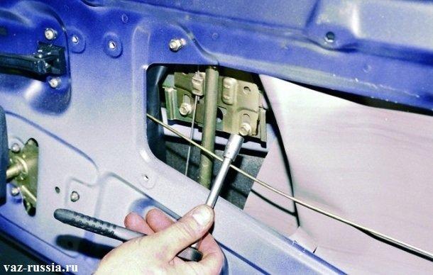 Отворачивание болта, который крепит стекло, к механизму стеклоподъемника