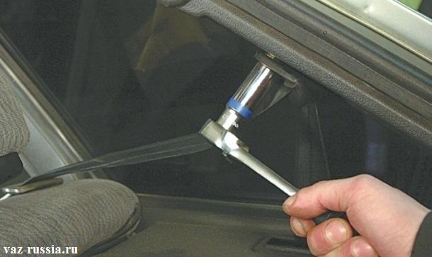 Отворачивание болта который крепит к кузову, верхний кронштейн ремня